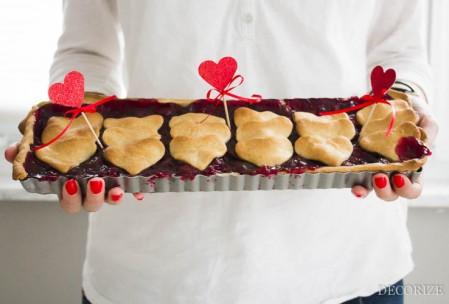 Die 10 schönsten Ideen zum Valentinstag: Kirsch-Tarte mit Herzchen-Deckel