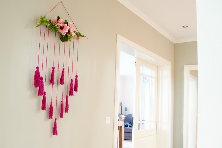 diy wall art makram e wandbehang mit blumen deko. Black Bedroom Furniture Sets. Home Design Ideas