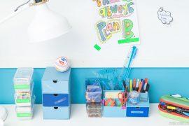 Boxenalarm im Kinderzimmer - bunte Ordnung auf Schreibtisch