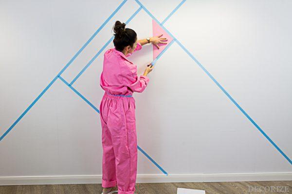 Geometrische Wandgestaltung in Blueberry-Blau