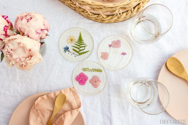 DIY-Glasuntersetzer-aus-Resin-mit-Blüten-aus-der-Blumenpresse